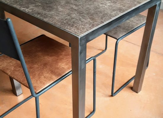 Table acier brossé, plateau cuir