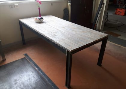Table acier brut et plateau bois